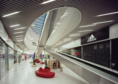 Obchodní centrum Šestka - Interiér - foto: © Petr Krejčí