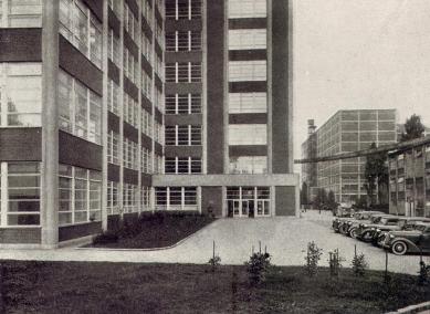 Správní budova Baťových závodů  - Detail vstupu pro zaměstnance - foto: Bruner-Dvořák, Praha / archiv redakce