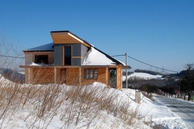 """Dřevěný dům """"na louce"""" - foto: archiv autora"""
