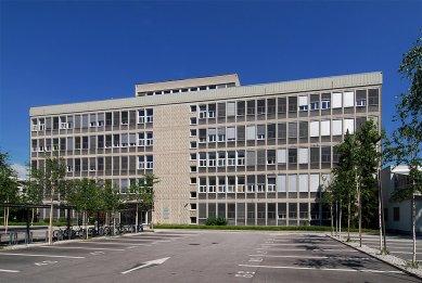 Faculty of Mathematics - Protější budova fakulty fyziky. - foto: Petr Šmídek, 2008
