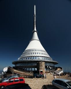 Televizní vysílač a horský hotel Ještěd - foto: Štěpán Vrzala