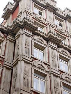 Palác Adria (býv. pojišťovna Riunione Adriatica di Sicurtá) - foto: Petr Šmídek, 2002