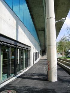 """Užitné prostory pod mostem """"Dreirosen"""" - Jižní fasáda - foto: © Jura Oplatek Architekt VUT/ SIA"""