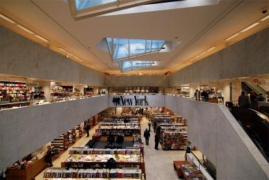 Akademické knihkupectví - Pohled do hlavní haly. Omítka stěn a stropu je natřena na bílo. Podlaha a parapet galerie jsou obloženy bílým mramorem. - foto: © Petr Šmídek, 2007