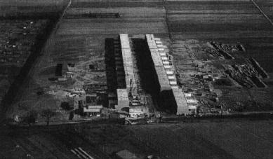 Sídliště Törten - Stavební úsek dvou řadových domů. Letecký pohled ze západu. Nalevo vpředu je kovový dům od Georga Muche a Richarda Paulicka. - foto: archiv redakce