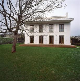 Villa Restoration and Reconstruction, Roztoky  - Pohled ze zahrady - foto: © Vasil Stanko, 2007