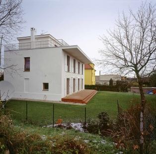 Villa Restoration and Reconstruction, Roztoky  - Boční pohled - foto: © Vasil Stanko, 2007