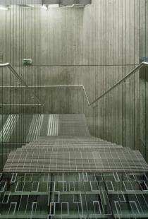 Vnitřní schodiště Ústavu molekulární genetiky AV ČR - foto: Filip Šlapal