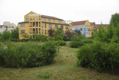 Čtvrť Kirchsteigfeld - Rybník a dům od Krueger, Schuberth, Vandreike - foto: Martin Horáček