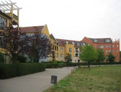 Čtvrť Kirchsteigfeld - Žlutý dům Moore Ruble Yudell, červený Burelli - foto: Martin Horáček