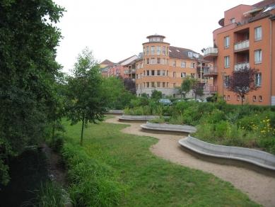 Čtvrť Kirchsteigfeld - Pěší zóna kolem potoka, dům s rohovou věží od Moore Ruble Yudell - foto: Martin Horáček