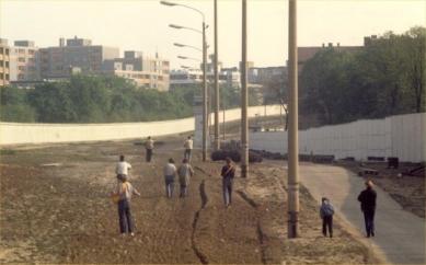 Kaple smíření - Prostor Berlínské zdi po zbourání kostela