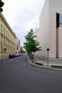 Německé historické muzeum - Na konci ulice se po levé straně nachází Galerie Am Kupfergraben 10 od Davida Chipperfielda. - foto: Petr Šmídek, 2008