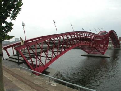 Obytný okrsek Borneo-Sporenburg - most od West 8 - foto: Petr Šmídek, 2003