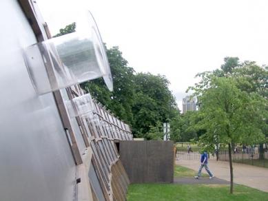 Serpentine Gallery Pavilion 2005 - Petr si kvůli nám odkočil ze svatby svojí sestry, aby nás potěšil touto fotkou. Díky. - foto: Petr Horák, 2005