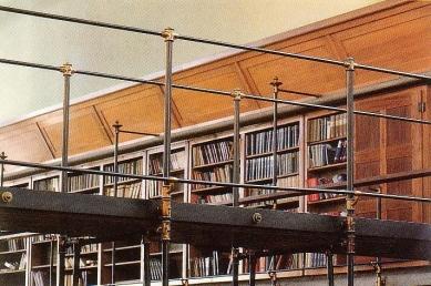 Slovinská národní a univerzitní knihovna - Zábradlí můstku v hlavní čítárně