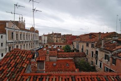 12. Bienále v Benátkách - Výhled z hotelového pokoje na Santi Giovanni e Paolo. - foto: Petr Šmídek, 2010