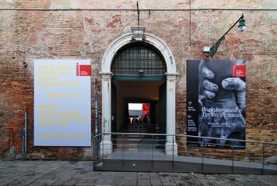 12. Bienále v Benátkách - Vstup do Arsenale. - foto: Petr Šmídek, 2010