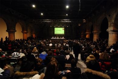 12. Bienále v Benátkách - V Teatro Piccolo Arsenale se uskutečnila poslední přednáška z osmidílného cyklu Architektonických sobot, kde vystoupila kurátorka letošního bienále Kazuyo Sejima. - foto: Petr Šmídek, 2010