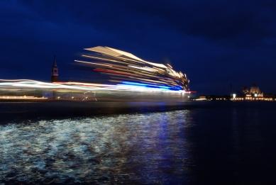 12. Bienále v Benátkách - Zaoceánské lodě majestátně proplouvají kanály a svým měřítkem hravě zastiňují řadu benátských paláců. - foto: Petr Šmídek, 2010