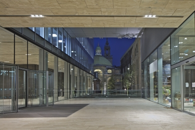 Centrála banky rodiny Rothschilds - Forecourt and St Stephen Walbrook at night - foto: Philippe Ruault