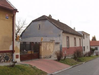 Dům - zahrada vDolních Chabrech - Fotografie původního stavu z ulice