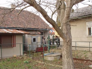 Dům - zahrada vDolních Chabrech - Fotografie původního stavu z dvora