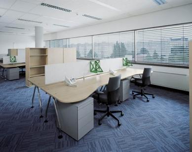 Administrativní budova Alfa - Vybavení standardních, hot-deskingových a manažerských pracovišť firmy Microsoft, včetně jednacích místností a kinosálu, dodala společnost Vitra - foto: Filip Šlapal