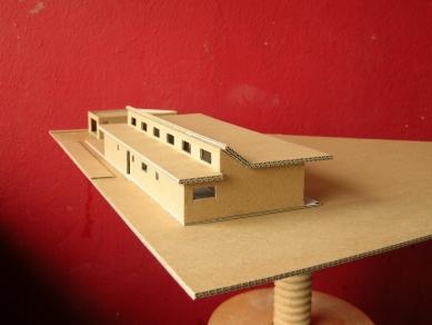 Přízemní dům se slunolamem - Fotografie modelu návrhu s plochou střechou - foto: VLADIMÍR BALDA architekt