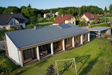 Přízemní dům se slunolamem - foto: Aleš Jungmann, 2014