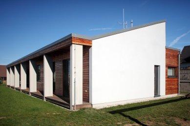 Přízemní dům se slunolamem - foto: Robert Žákovič