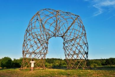 Artefakt - strukturální konstrukce z kmínků - foto: Petr Králík, 2014
