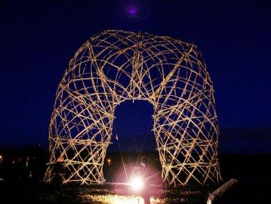 Artefakt - strukturální konstrukce z kmínků - foto: David Kubík, 2014