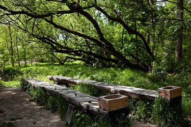 Dům přírody Litovelského Pomoraví - Sluňákov: Čarovný les – tradiční naučné prvky jsou výtvarníkem atypicky navržené a scénograficky organizované. Korýtka ve vydlabané kládě ukazují průtok vody regulovaným a neregulovaným tokem. - foto: Andrea Thiel Lhotáková