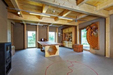 Dům přírody Litovelského Pomoraví - Šargoun: Největší místnost přízemí obsahuje funkční expozici včelařství svybavením pro včelařský kroužek. Přiléhá kní drobná laboratoř smikroskopem a 3D místnost sinteraktivní expozicí včetně 3D mapy a 3D filmu stématem CHKO. - foto: Andrea Thiel Lhotáková