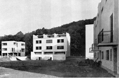 Kolonie Nový dům - Vlevo dům J. Krohy, uprostřed trojdům J. Grunta. - foto: archiv redakce
