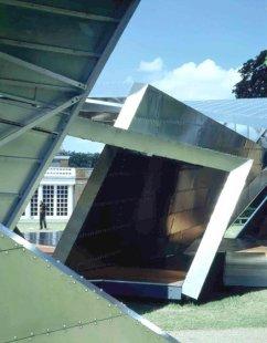 Serpentine Gallery Pavilion 2001 - Fotografie pavilonu přímo v Kensingtonských zahradách - foto: © Serpentine Gallery, 2001