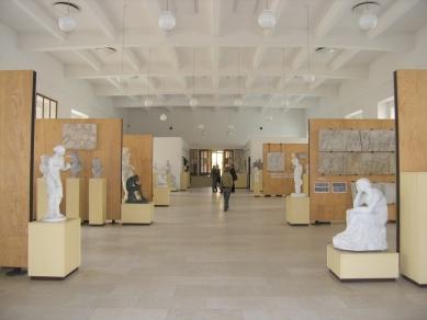 Jízdárna - multifunkční sál v Litomyšli - Stav před rekonstrukcí - výstava sádrových antických soch - foto: archiv HŠH architekti