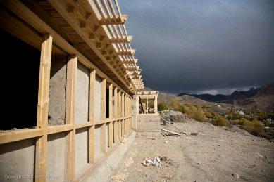Pasivně solární, ekologický a soběstačný kampus školy v Himalájích - Detail solární stěny a clony