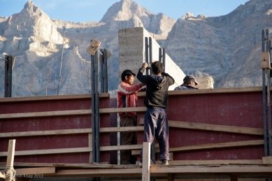 Pasivně solární, ekologický a soběstačný kampus školy v Himalájích - Proces hutnění stěn