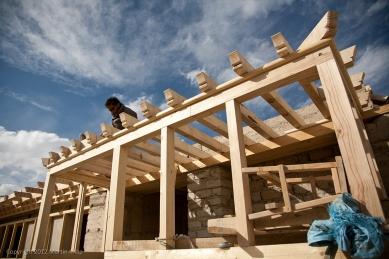 Pasivně solární, ekologický a soběstačný kampus školy v Himalájích - Detail vstupu