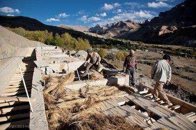 Pasivně solární, ekologický a soběstačný kampus školy v Himalájích - Stavba hliněné střechy