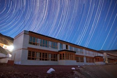 Pasivně solární, ekologický a soběstačný kampus školy v Himalájích - Celkový pohled - noc