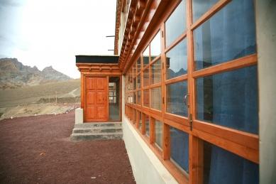Pasivně solární, ekologický a soběstačný kampus školy v Himalájích - Detail vstupu do tříd