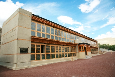 Pasivně solární, ekologický a soběstačný kampus školy v Himalájích - Budova ubytování pro studenty