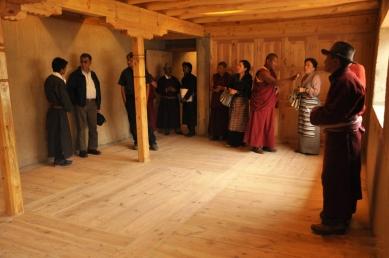 Pasivně solární, ekologický a soběstačný kampus školy v Himalájích - Interiér haly