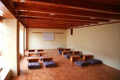 Pasivně solární, ekologický a soběstačný kampus školy v Himalájích - Interiér typické třídy