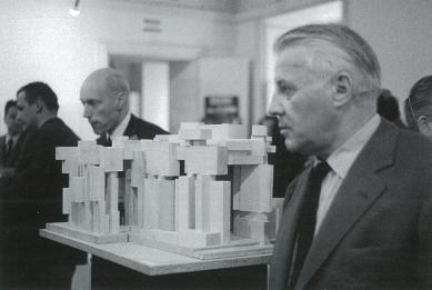Kostel 'Nejsvětější Trojice' - Fritz Wotruba před sádrovým modelem kostela v květnu 1968