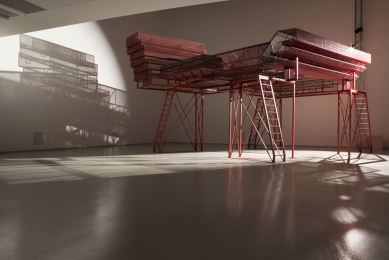 Care for Architecture: Asking the Arché of Architecture to Dance - Re-instalace DOX Praha, březen 2017, Care for Architecture: Asking the Arché of Architecture to Dance - foto: Martin Stoss