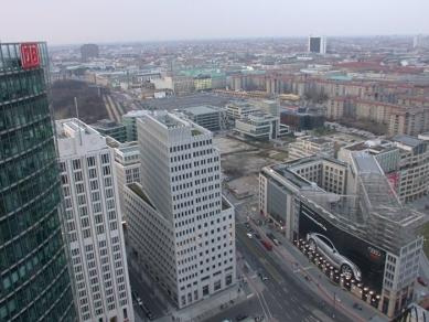 Holocaust-Mahnmal - pomník všem v Evropě zavražděným Židům - Pohled na Holocaust-Mahnmal z Kollhoffova mrakodrapu na Potzdamer Platz. - foto: Petr Šmídek, 2006